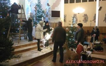 Ubieranie choinek oraz żłobka w kościele w Obierwi 21.12.2016